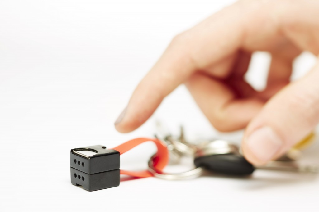 単三電池でスマホ充電できるキーアクセサリーnipperレッド