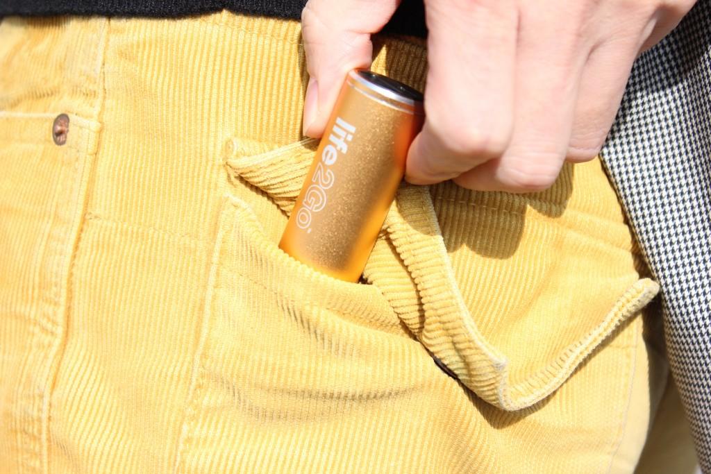 ポケットにも収まるバッテリー内蔵USBカーチャージャーLIFE2GO