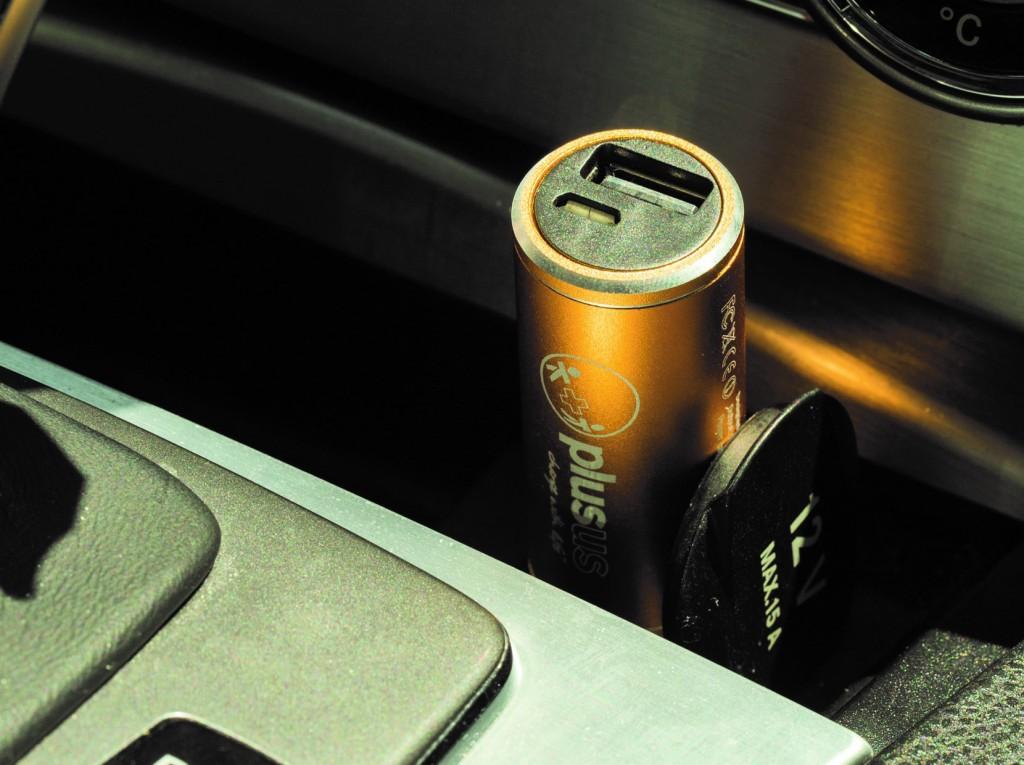 バッテリー内蔵のUSBカーチャージャーLIFE2GO