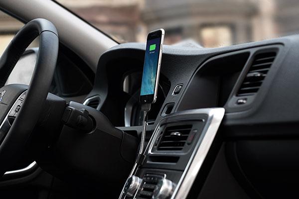 車内でスマホスタンドとしても使える充電ケーブルBOBINE AUTO
