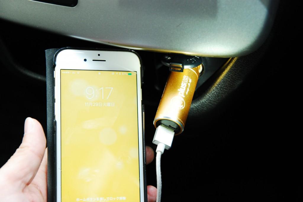 バッテリー内蔵USBカーチャージャーLIFE2GOが便利