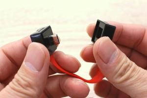 単三電池でスマホ充電できるキーアクセサリーnipperはマグネット脱着で簡単