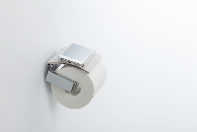 トイレットペーパーホルダーがスマホ置き場になるトイレトレイ